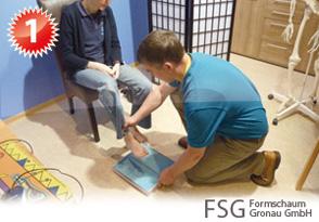Vor dem Erstellen des Fußabdrucks werden die Füße auf Wunden kontrolliert. Bei Verletzungen wird eine sterile Folie zwischen Fuß und Schaum gelegt