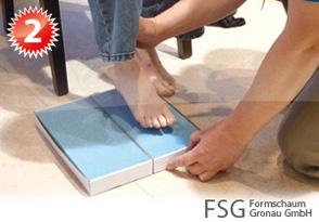 Der Fuß des Patienten wird vom Fachpersonal positioniert, damit ein zentrierter Abdruck erzielt werden kann
