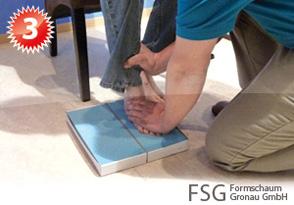 Um einen optimalen Abdruck zu erstellen, drückt der Orthopädietechniker den Fuß einige Zentimeter in den Schaum hinein
