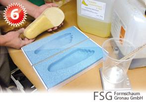 Der Abdruckschaum kann nun mit geeigneten Materialien weiterverarbeitet werden. In diesem Fall wird der Abdruck (Negativ) mit einem Gießharz ausgegossen um ein Positiv zu erstellen. Prominente Stellen können dabei direkt korrigiert werden (z.B. Pelotten).