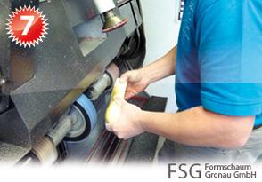 Der ausgegossene Gießharzrohling wird weiterverarbeitet, um eine Einlage oder einen Maßschuh anzufertigen
